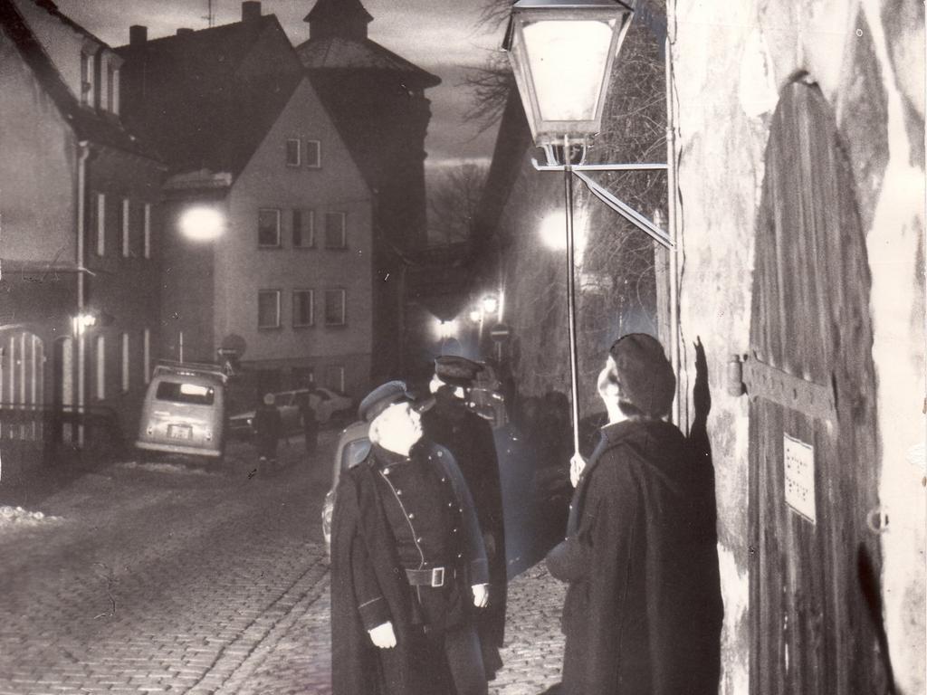 FOTO: Wilhelm Bauer 1973 - Eine Epoche in der Straßenbeleuchtung geht zu Ende: Am Albrecht-Dürer-Haus erlischt die letzte Gaslaterne Nürnbergs. (Standort nicht ganz korrekt. richtig ist: Neutorgasse hinter dem Dürer-Haus, Klaus L.) - 1970er - historisch
