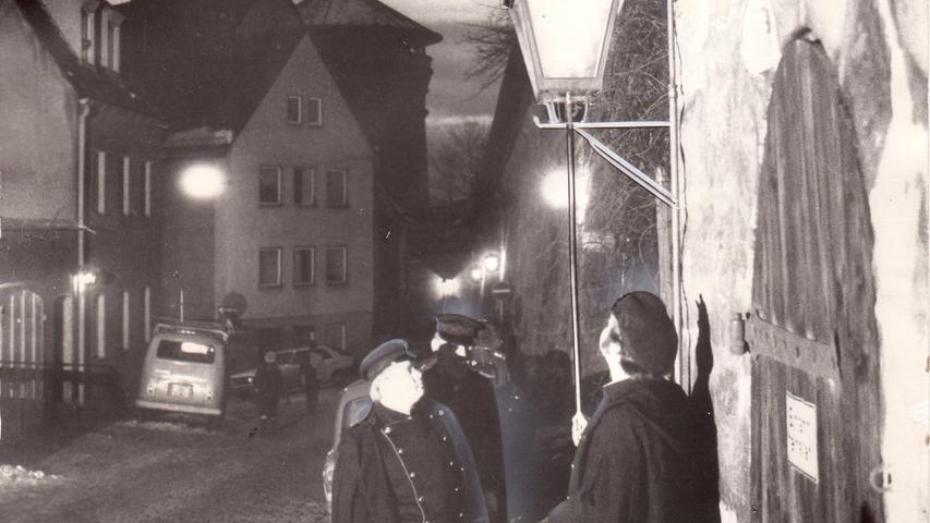 Es werde Licht: Im Jahr 1882 war Nürnberg die erste Stadt Deutschlands mit einer dauerhaften elektrischen Straßenbeleuchtung. Das Vorgängerunternehmen der heutigen N-Ergie war also ein echter Vorreiter in Sachen Elektrizität. Die Beleuchtung sollte das Bild der Städte und später auch dasder ländlichen Räume für immer verändern. Auch heute ist Straßenbeleuchtung für die Sicherheit unddie Orientierung wichtig. Auf dem Bild ist zu sehen, wie die letzte Gaslaterne Nürnbergs erlischt. Das Ende einer Ära.
