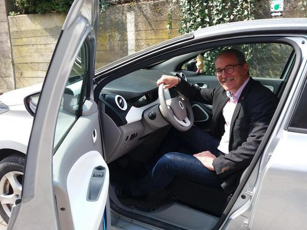 E-Auto-Pionier: Rohrs Rathauschef Felix Fröhlich hat zwar keinen Dienstwagen, fährt aber auch beruflich im Privatwagen bereits seit sieben Jahren voll elektrisch.
