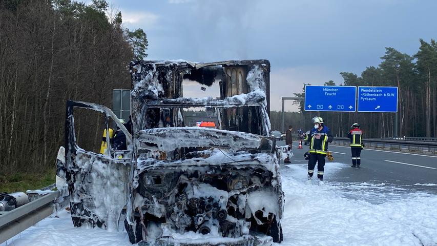 UPS-Lieferwagen stand auf der Autobahn in Vollbrand