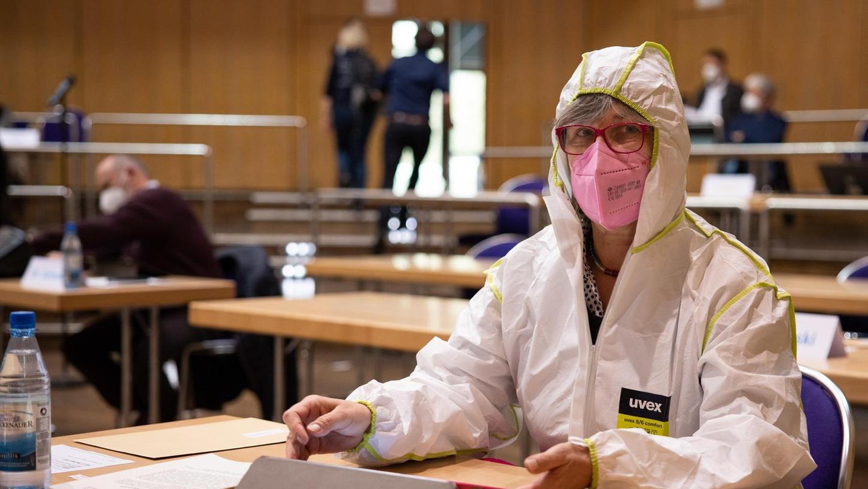 Plakativer Protest: Birgit Bayer-Tersch hat im weißen Overall in der ersten Reihe des Plenums in der Stadthalle Platz genommen.