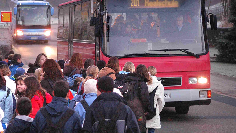 Mit Schulbeginn werden die Busse wieder voller sein, vor allem, wenn es beim Präsenzunterricht bleibt. Im Landkreis ERH sollen deshalb wieder Verstärkerbusse im Einsatz sein.