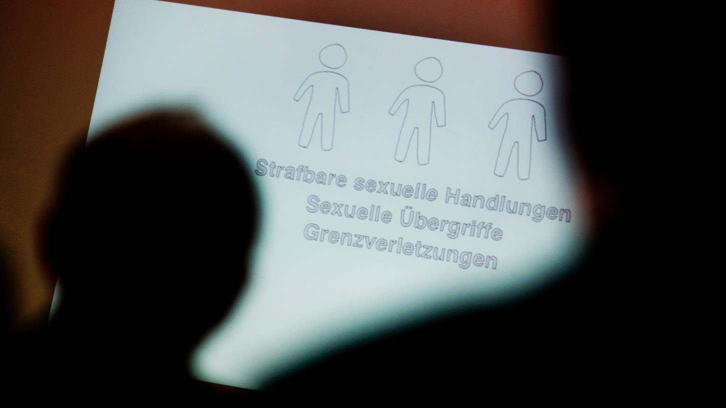 Ein Kind wird anderen Männern für sexuelle Handlungen angeboten. Die Mutter des Mädchens soll die Taten ihres Freundes gebilligt haben. Ab dem 26. April stehen beide in Schweinfurt vor Gericht.