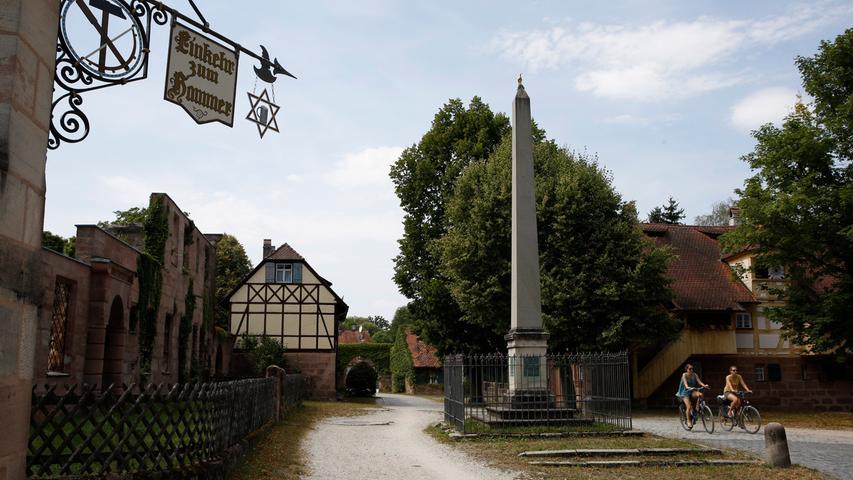Wer entlang der Pegnitz von Nürnberg nach Schwaig radelt, kommt am ehemaligen Fabrikgut Hammer vorbei. Die Ursprünge des Industriedenkmals reichen bis ins 14. Jahrhundert zurück,für lange Zeit war es eine Drahtziehmanufaktur mit Herrenhaus und Schule. Nach der teilweisen Zerstörung im Zweiten Weltkrieg wurden manche Häuser nicht wieder aufgebaut.