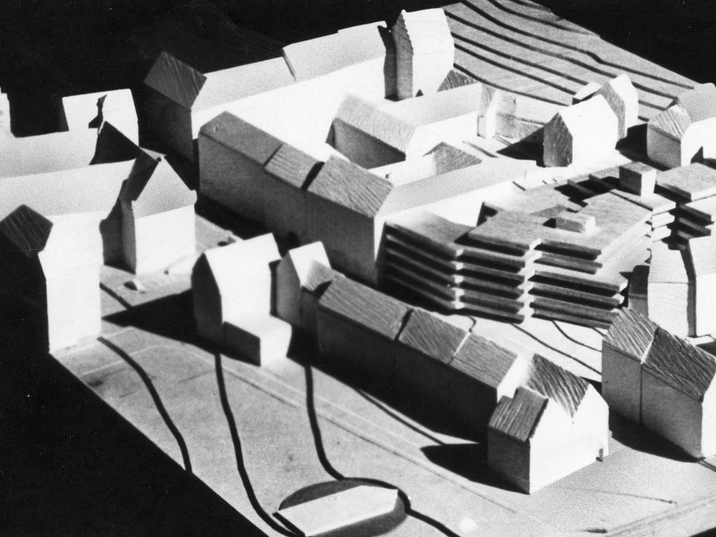 Das Rathaus-Modell an der Theresienstraße, wie es die Stadträte gestern zu sehen bekamen. Baureferent Otto Peter Görl schränkte ein: nur eine Studie, die die Baumassen veranschaulicht.