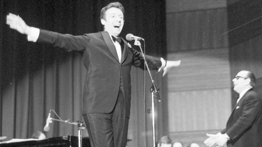 """Als Peter Alexander in der vollbesetzten Nürnberger Meistersingerhalle mit gläubiger Inbrunst seinen Hit """"Hier ist ein Mensch – öffne die Tür"""" sang, konnte man wirklich annehmen, daß er simpel genug sei, dem besagten Menschen auch die Tür seines Tessiner Traumheims zu öffnen.Hier geht es zum Kalenderblatt vom25. April 1971: Den Schalk im Nacken."""