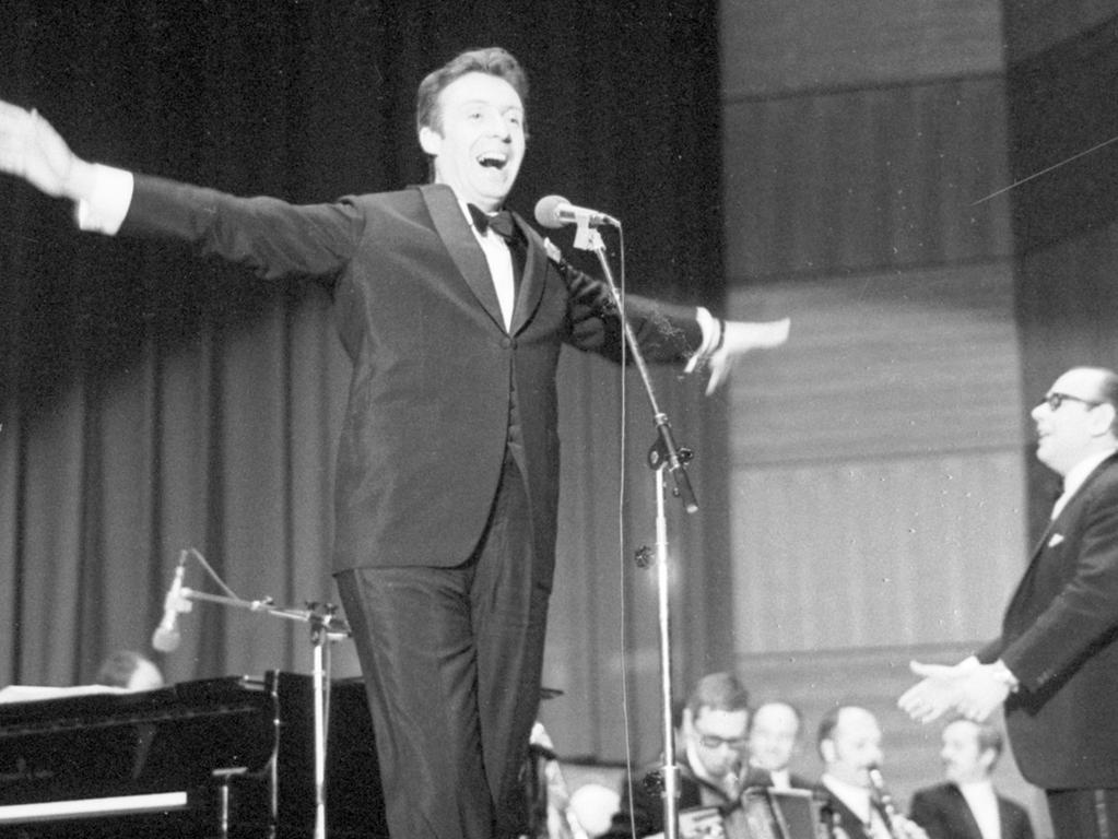 Ein Mann, der die Welt umarmen könnte und dem die Herzen entgegenflogen - Peter Alexander hier bei einem Auftritt in Nürnberg im März 1969.