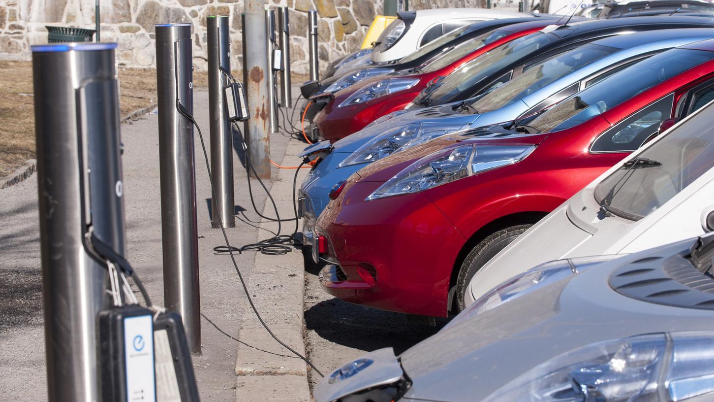 Energiequelle: Elektroautos an der Ladestation.