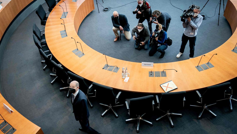 Finanzminister Olaf Scholz im Untersuchungsausschuss: Ersetzte sich erst auf seinen Zeugenstuhl, als die Fotografen den Raum verlassen hatten. Kanzlerkandidat im Zeugenstand, diese Bilder wollte er offenbarnicht sehen.