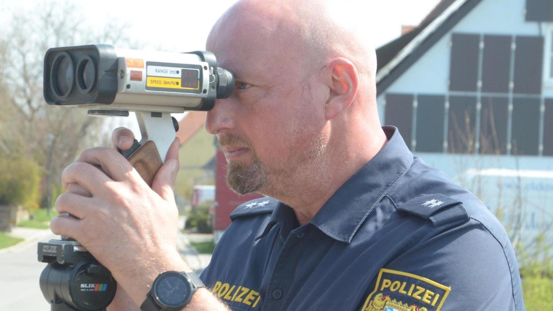 Auf der Brücke bei Buchheim stehend, verfolgt Markus Bauer mit dem Messgerät das Verkehrsgeschehen auf der Bundesstraße 13.