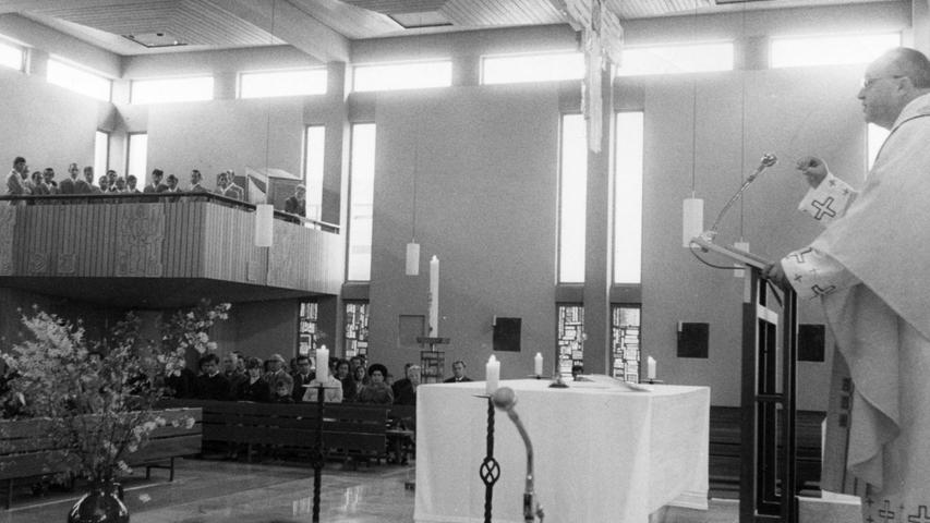 Weit mehr Christen als sonst fanden sich gestern zum Gottesdienst in der katholischen Kirche von Eltersdorf ein. Sie wollten den Gefangenenchor hören und sehen. Hier geht es zum Artikel:26. April 1971: Einmalig: Chor der Gefangenen.
