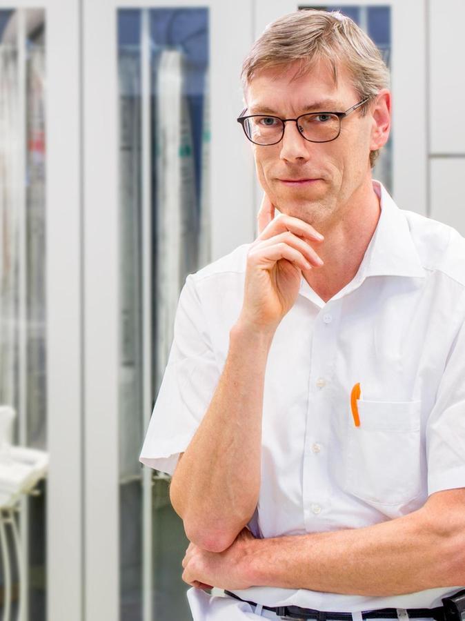Dr. Heiko Priesmeier ist Chefarzt am Klinikum Altmühlfranken. Der Internist, Kardiologe und Intensivmediziner ist 58 Jahre alt und kam 2005 nach Gunzenhausen. Er hat in Göttingen Medizin studiert und war, bevor es ihn nach Franken zog, zuletzt als Oberarzt in Freising tätig. Priesmeier ist verheiratet und hat drei Kinder.