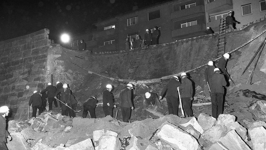 Etwa 1000 Kubikmeter Steine und Geröll stürzten in den Stadtgraben, nachdem die Mauer zwischen zwei Pfeilern nachgegeben hatte. Unser Bild, vom Stadtgraben aus zum Maxtorgraben hin aufgenommen, gibt einen Eindruck vom Ausmaß des Unglücks. Hier geht es zum Kalenderblatt vom28. April 1971: Stadtmauer stürzte in die Tiefe.