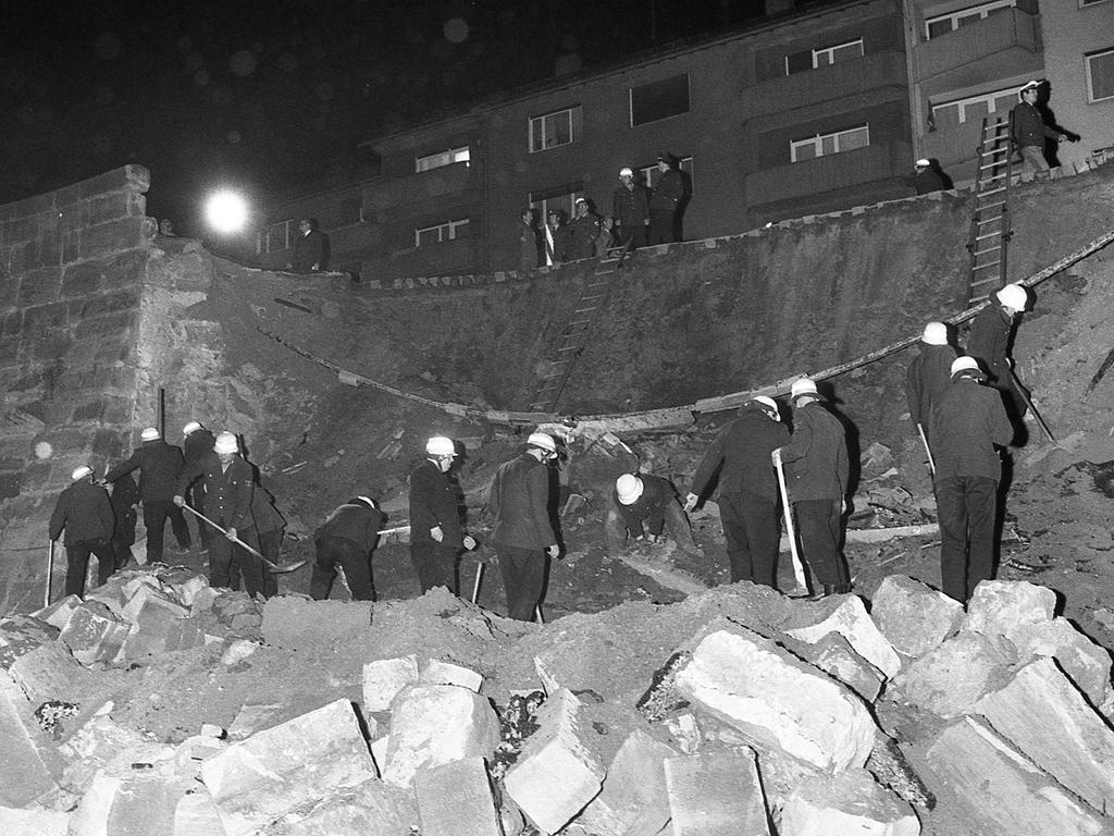 Etwa 1000 Kubikmeter Steine und Geröll stürzten in den Stadtgraben, nachdem die Mauer zwischen zwei Pfeilern nachgegeben hatte. Unser Bild, vom Stadtgraben aus zum Maxtorgraben hin aufgenommen, gibt einen Eindruck vom Ausmaß des Unglücks.