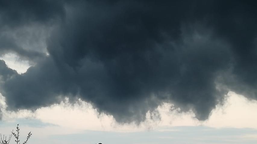 Nicht viel Platz zwischen Häusern und Wolken: Gewitterstimmung in Heilsbronn.