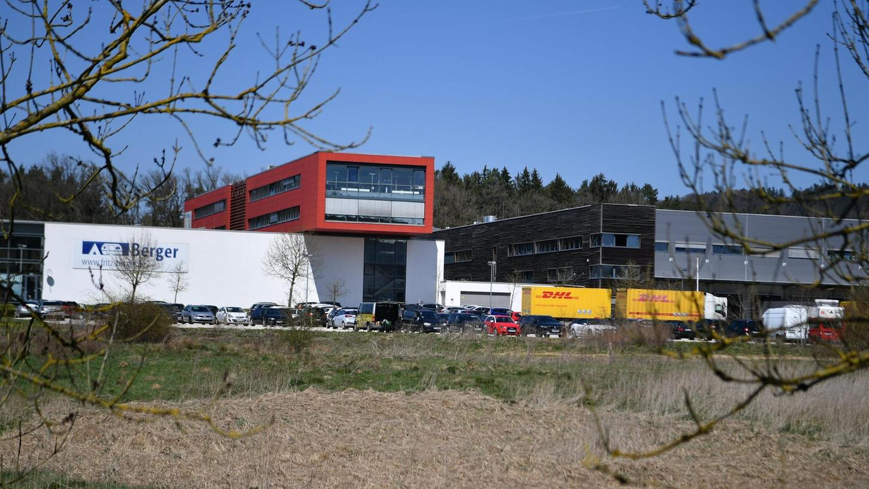 Das Geschäft brummt, deshalb benötigt Camping Berger eine weitere Lagerhalle. Von der Straße aus wird man den Anbau allerdings gar nicht sehen können. Sie entsteht auf der Rückseite des Hochregallagers (rechts).