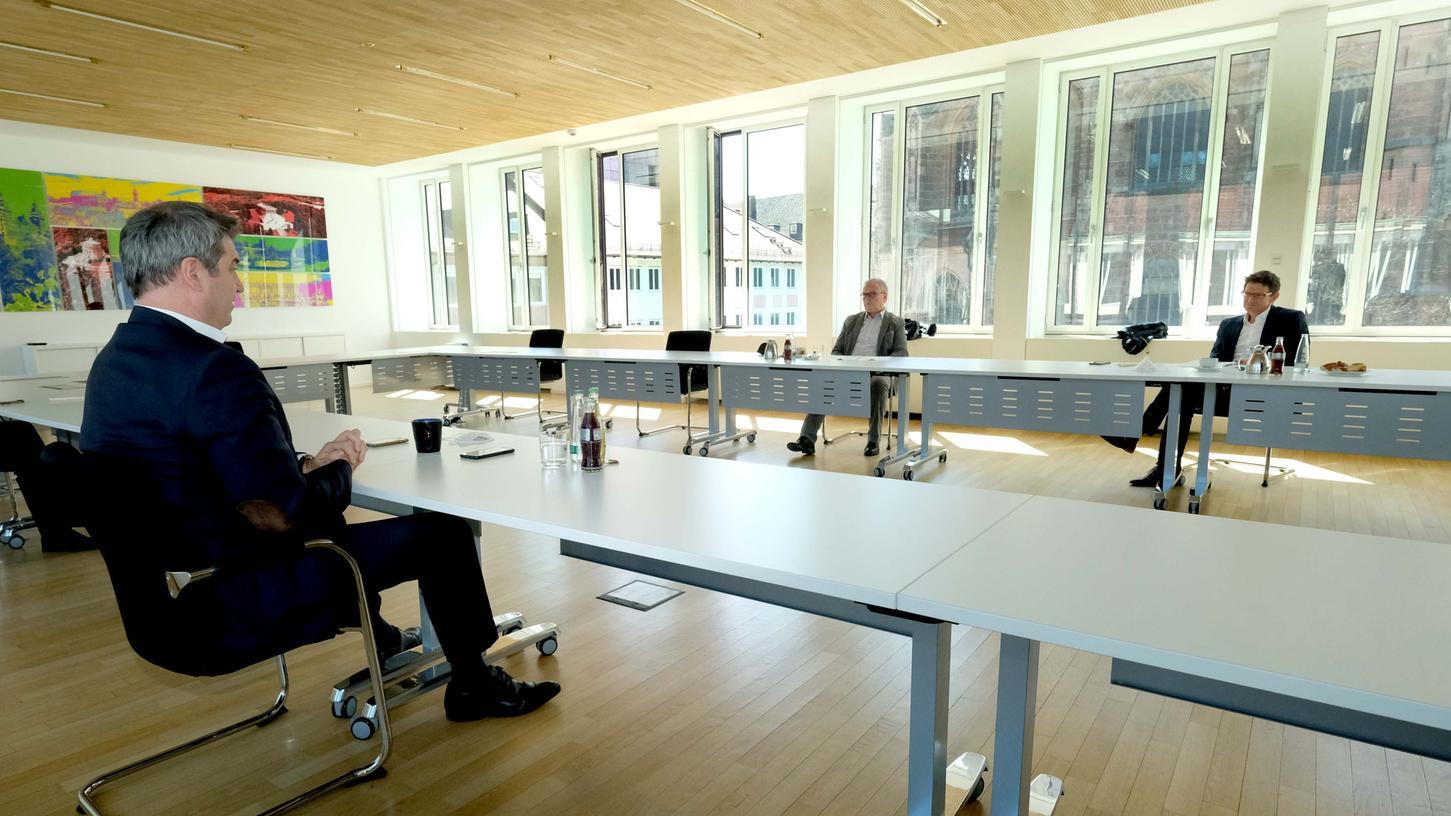 Interview mit Abstand: Markus Söder im Gespräch mit den NN-Chefredakteuren Michael Husarek (rechts) und Alexander Jungkunz.