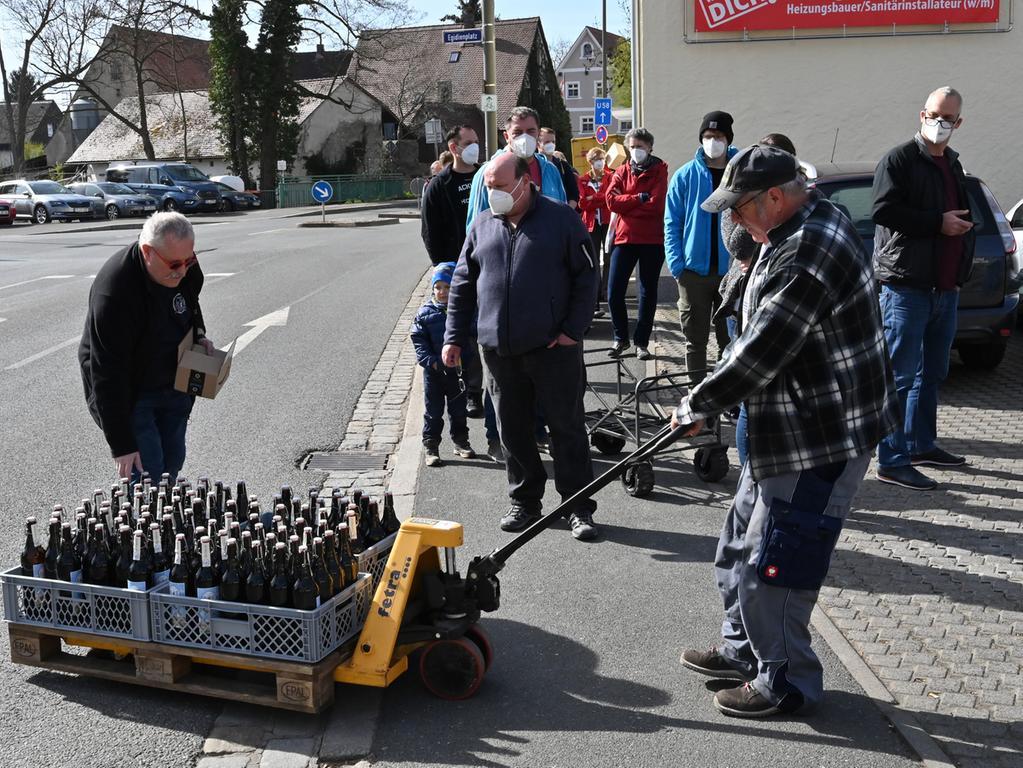 Das für das 1000-jährige Jubiläum von Eltersdorf gebraute Festbier ging weg wie warme Semmeln. Nachschub wird heran gekarrt..Foto: Klaus-Dieter Schreiter