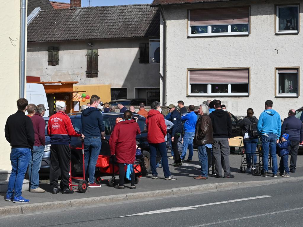 Das für das 1000-jährige Jubiläum von Eltersdorf gebraute Festbier ging weg wie warme Semmeln. Der Andrang vor der Verkaufsbude war enorm..Foto: Klaus-Dieter Schreiter