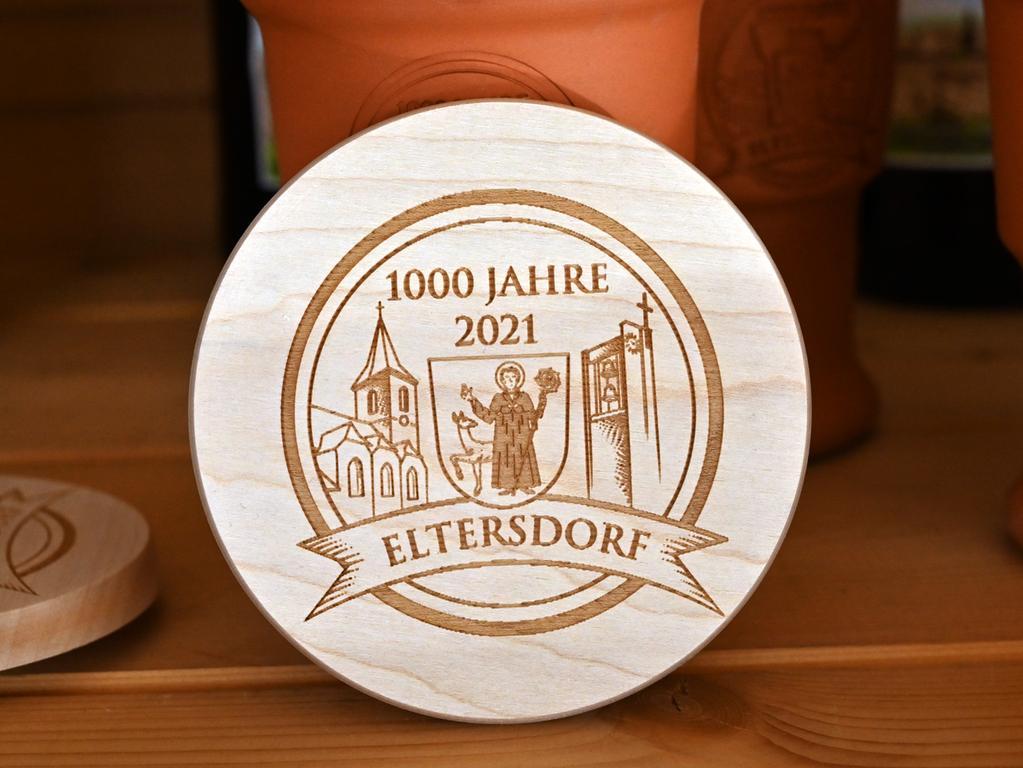 Das für das 1000-jährige Jubiläum von Eltersdorf gebraute Festbier ging weg wie warme Semmeln. Auch die Bierdeckel waren heiß begehrt..Foto: Klaus-Dieter Schreiter