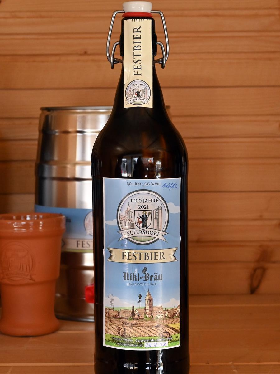 Das für das 1000-jährige Jubiläum von Eltersdorf gebraute Festbier ging weg wie warme Semmeln. Die schicken Bügelflaschen mit dem selbst entworfenen Etikett waren heiß begehrt..Foto: Klaus-Dieter Schreiter