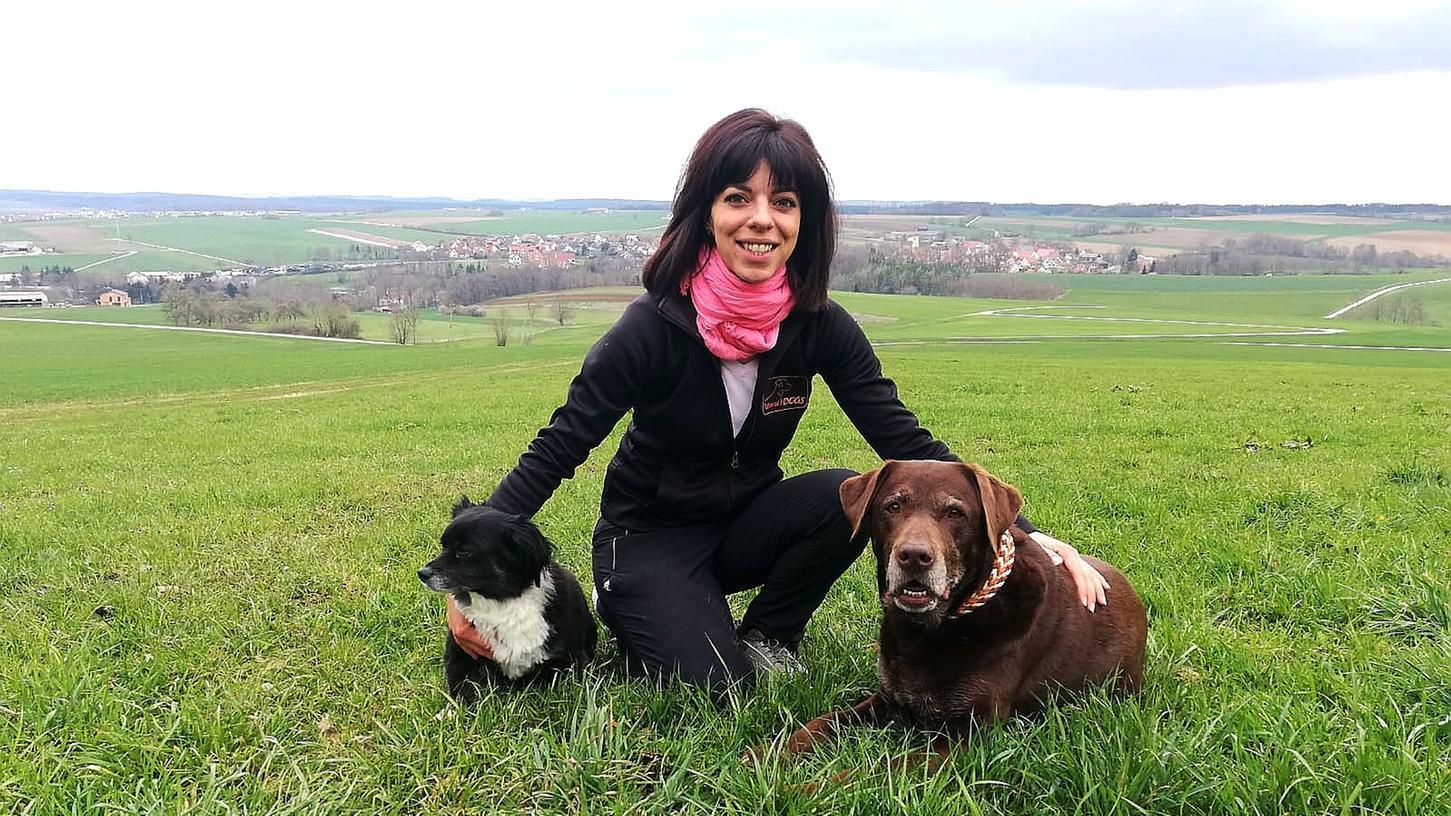 Hundetrainerin Nicoletta Reina mit ihren beiden Hündinnen Lilly und Luna.