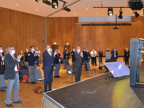 Stehende Ovationen: Wolf-Dieter Ueberrück (rechts) wurde in der Mitgliederversammlung gebührend verabschiedet.