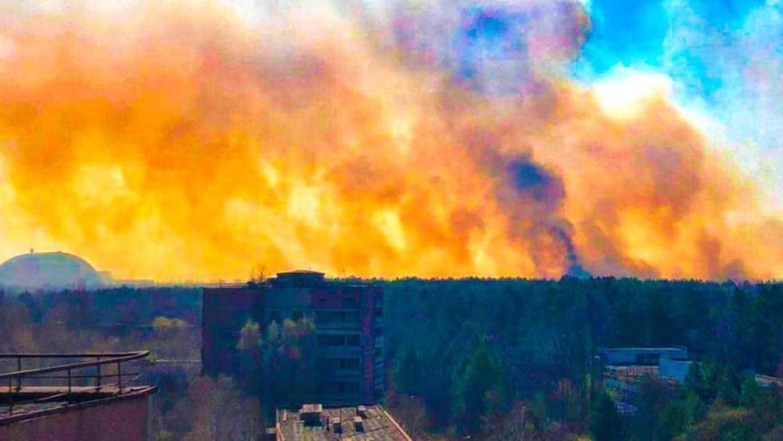 Genau 35 Jahre ist es her, dass im Atomkraftwerk Tschernobyl ein Block explodierte. Hochgefährlich wurde es in dem Gebiet erneut im Herbst 2020 (unser Bild), als Waldbrände rund um das Kraftwerk loderten. Hätten die Flammen das verseuchte Gebiet erreicht, hätte das zu einem weiteren Super-GAU geführt.