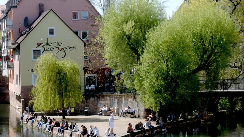 Nürnberg , am 24.04.2021 Ressort: Lokales  Foto: Roland Fengler Nürnberg ,  Frühlingserwchen,  Frühlingserwachen,    Liebesinsel   Menschen, die sich auf einer Wiese treffen, zum Beispiel Wöhrder Wiese oder Hallerwiese. Die Personen sollten nicht so genau zu erkennen sollen.
