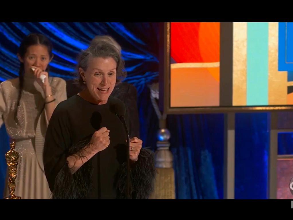 HANDOUT - 25.04.2021, USA, Los Andes: In diesem von ABC zur Verfügung gestellten Videostandbild nimmt Schauspielerin Frances McDormand den Oscar für den besten Film für «Nomadland» entgegen, während Regisseurin Chloe Zhao im Hintergrund zuschaut. Foto: Uncredited/ABC/AP/dpa - ACHTUNG: Nur zur redaktionellen Verwendung im Zusammenhang mit der aktuellen Berichterstattung über die Oscars 2021 und nur mit vollständiger Nennung des vorstehenden Credits. +++ dpa-Bildfunk +++