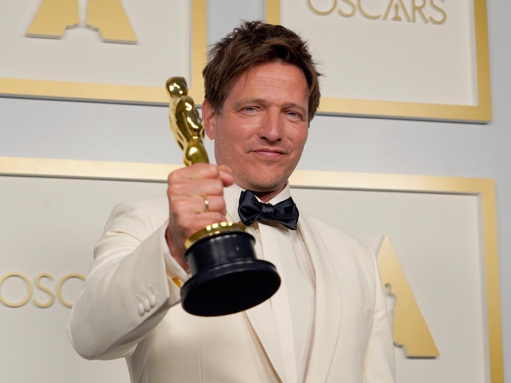26.04.2021, USA, Los Angeles: Thomas Vinterberg, dänischer Filmregisseur, steht im Presseraum mit dem Oscar für den besten internationalen Spielfilm für «Another Round» (dt. Der Rausch) in der Union Station. Foto: Chris Pizzello/Pool AP/dpa +++ dpa-Bildfunk +++