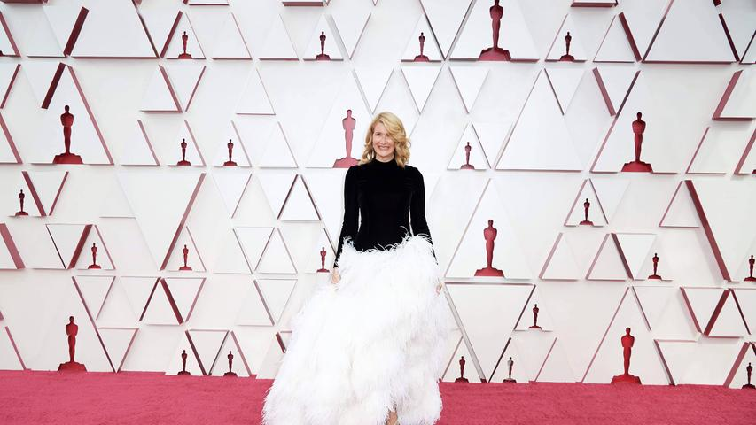 Flop: 2001 sorgte Björk mit ihrem Schwanenkleid für den wohl größten Mode-Flop der Oscar-Geschichte. Mit diesem Vergleich muss seither jede Frau leben, die in üppige weiße Federn steigt. So wie jetzt Laura Dern. Auch wenn ihre Kombination mit dem schwarzen Stehkragenoberteil deutlich eleganter war.