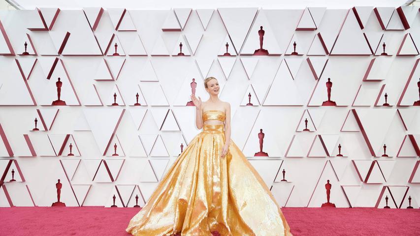 Top: Das ist Glamour pur! Carey Mulligan in einer goldenen Bustierrobe mit weit ausladendem Rockteil von Valentino.