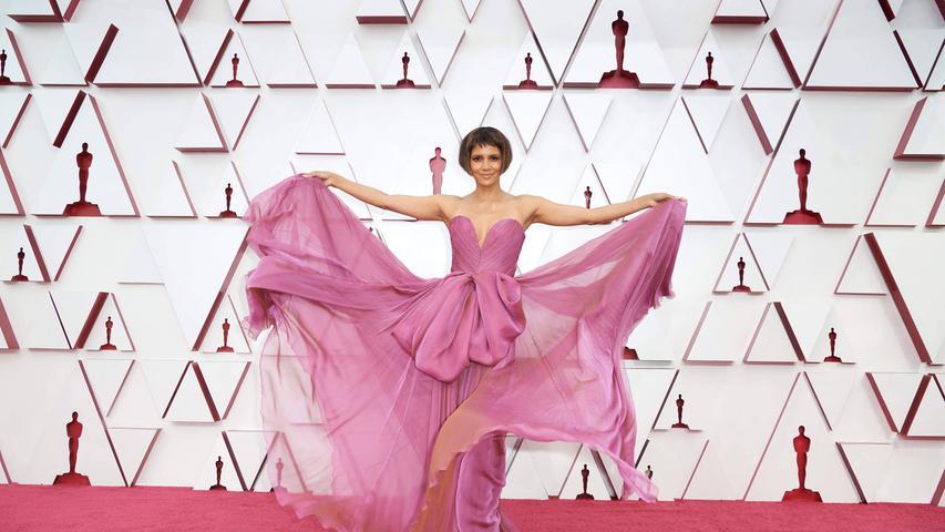 Flop: Weil alle nur Augen für die neue Bob-Frisur von Halle Berry hatten, entging ihnen die Stoffwulst auf ihrem Kleid. Was dem Entwurf von Dolce & Gabbana leider die Raffinesse nimmt.