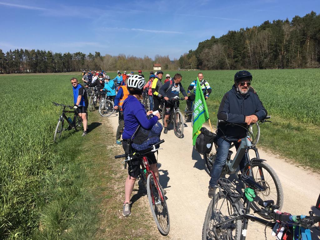 FOTO: 25.4.2021; Kerstin Zels MOTIV: Fahrraddemo gegen geplanten Center Parc; von Pleinfeld nach Langlau am Brombachsee entlang; Initiator: Bürgerinitiative