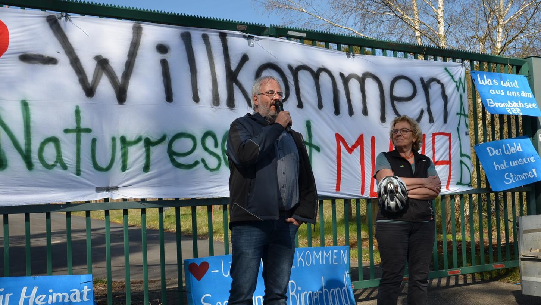 Auch die beidenGrünen-Kreisräte Maximilian Hetzner und Renate Peiffer brachten bei der Kundgebung vor dem Muna-Haupttor in Langlau den rund 300 Demonstranten ihre Argumente gegen den geplanten Center Parc nahe.