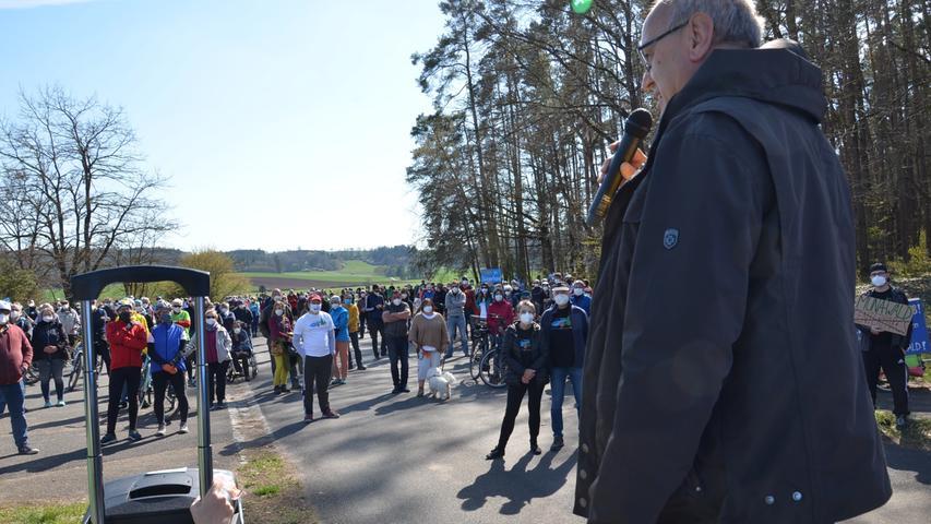 Fahrrad-Demo gegen Center Parcs vor dem Tor der Muna in Langlau, 300  Teilnehmer, ÖDP-Kreisrat Reinhard Ebert spricht zu den Teilnehmern Foto: Jürgen Eisenbrand 25. 4. 2021
