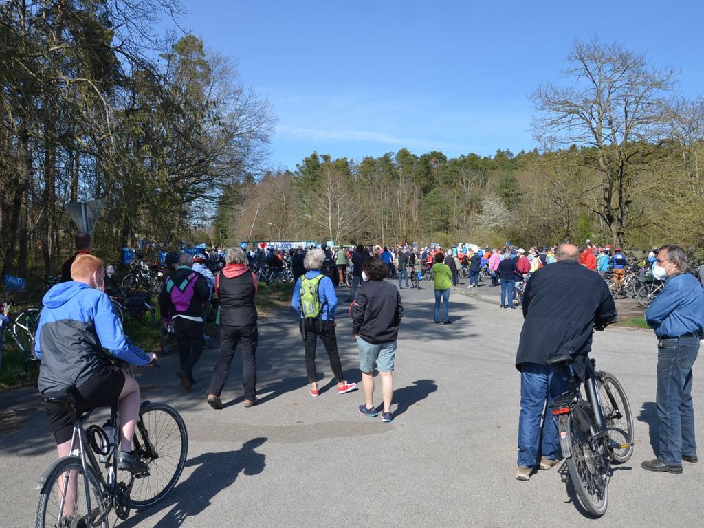 Fahrrad-Demo gegen Center Parcs vor dem Tor der Muna in Langlau, 300 Teilnehmer Foto: Jürgen Eisenbrand 25. 4. 2021