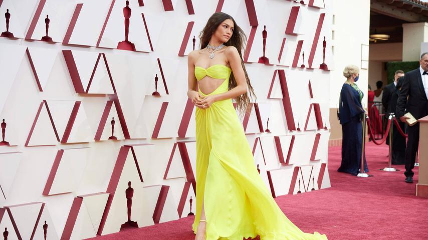 Top:Leuchtend Gelb ist das Kleid von Zendaya, das neben der mutigen Farbe auch noch einen mutigen Schnitt hat.