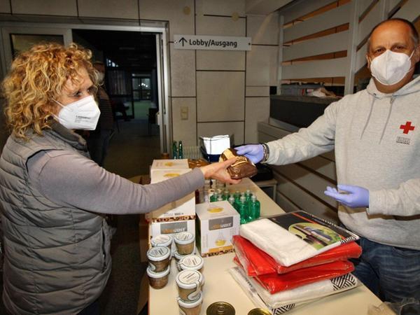 Über kleine Geschenke und Lunchpakete freuen sich die Teilnehmer nach der Spende – hier von Hans-Jürgen Aisenbrey an Brigitte Pelger übergeben. Die Treuchtlingerin hat schon über 50mal ihr Blut gestiftet.