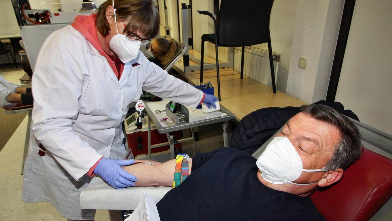 Für den guten Zweck lässt die Krankenschwester Christa Heyder den langjährigen Blutspender Peter Loy gerne zur Ader.