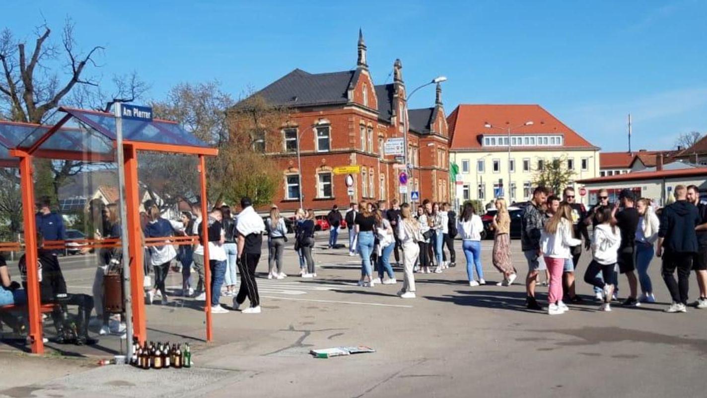 Wenn das Wetter schöner wird, zieht es die Menschen in Weißenburg nach draußen. Schnell sind dann Abstand und die Zahl der Personen, die beieinander stehen vergessen und es kommt zu volksfestartigen Treffen wie vor ein paar Wochen am Plerrer. Auch an diesem Wochenende war die Polizei mehrfach im Einsatz.