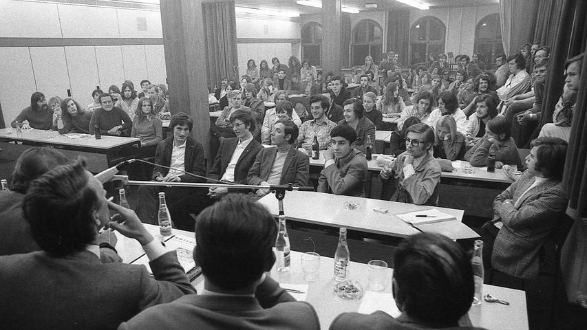 1.387 Jugendliche (von 32.500 Wahlberechtigten) wählten den ersten Nürnberger Jugendrat.Stadtrat Hübner, Abgeordneter Langenberger, die FDP-Politiker Rösler und Hürner sowie die Vorsitzenden der JU, Dickmann und Lösch, gaben gute Wünsche auf den Weg. Hier geht es zum Kalenderblatt vom 30. April 1971:Schule und die Anti-Babypille.