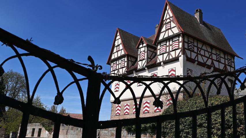 Wie ein Märchenschloss steht Schloss Neunhof da. Wegen Corona ist es geschlossen, aber ein Blick durch das schmiedeeiserne Tor lässt es noch verwunschener wirken.