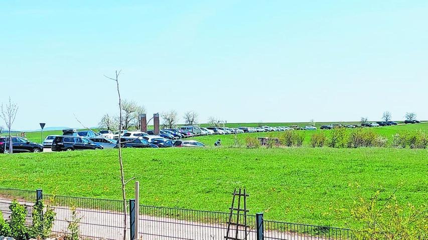 Zugeparkt bis zum Horizont: Kalchreuth bietet viele Parkmöglichkeiten, doch vor allem am Wochenende reichen auch die nicht aus.