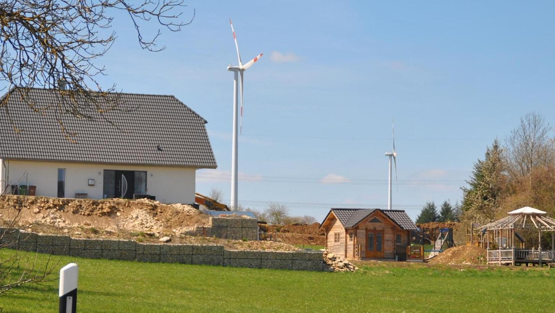 Fast unmittelbar neben den Windrädern ist dieser Neubau entstanden.