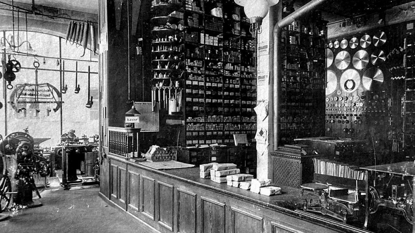 So sah der Verkaufsraum von Gebrüder Theisen zur Wende ins 20. Jahrhundert aus. Ein früherer Mitarbeiter des Unternehmens hat auch aus dieser Zeit zahlreiche Fotos gesammelt, die er nun der Öffentlichkeit zugänglich macht.