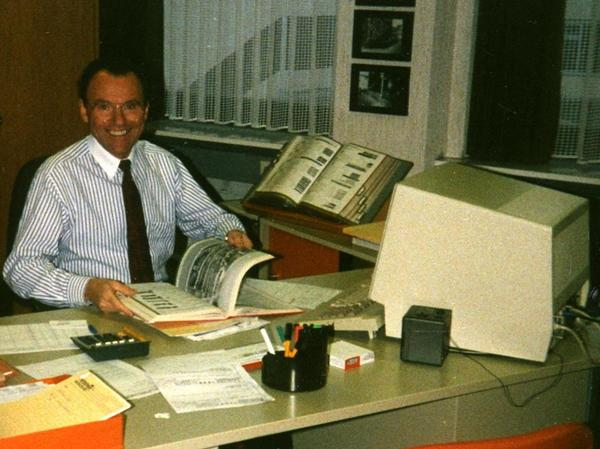 Chronist Karl Seiffert sitzt auf dieser Aufnahme aus dem Jahr 1974 in seinem Büro bei Gebrüder Theisen in der Sigmundstraße.