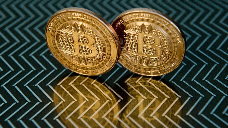 Bitcoins, eigentlich bloß eine Kryptowährung, stehen auf einem Tisch: Kriminellemachen sich die Komplexität dieser Materie zunutze, um unbedarfte User abzuzocken.