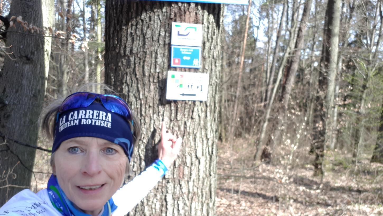 Die Läuferin Petra Pummer am Beginn des Jägersteigs, den sie in unserer Laufserie